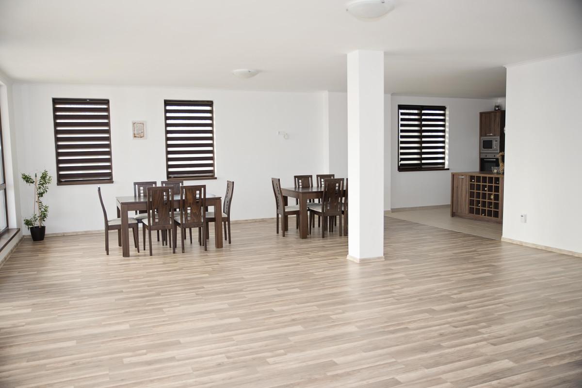 Хол, кухня и трапезерия в къща за гости Фамилия