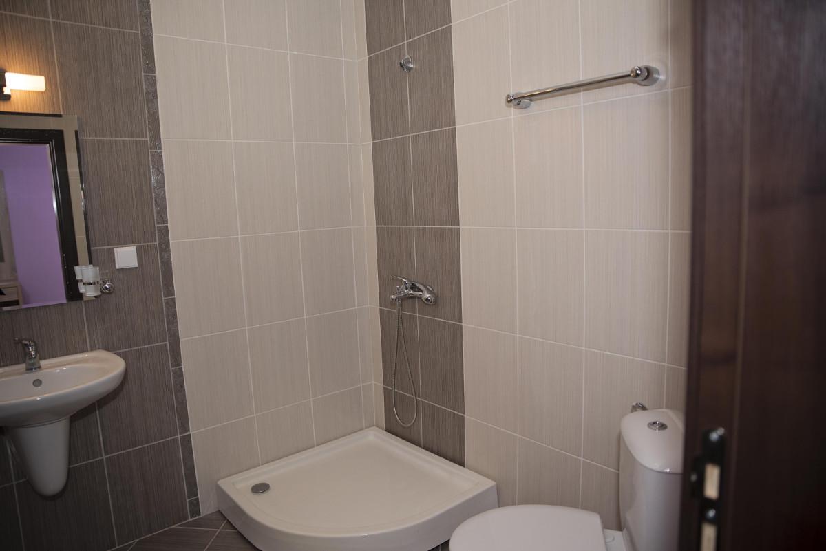 Баня и тоалетна къща за гости Фамилия