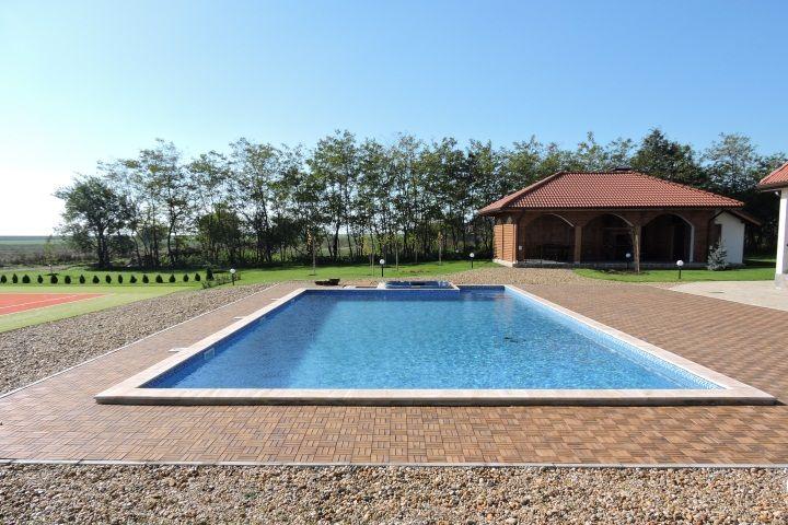 Къща за гости с басейн