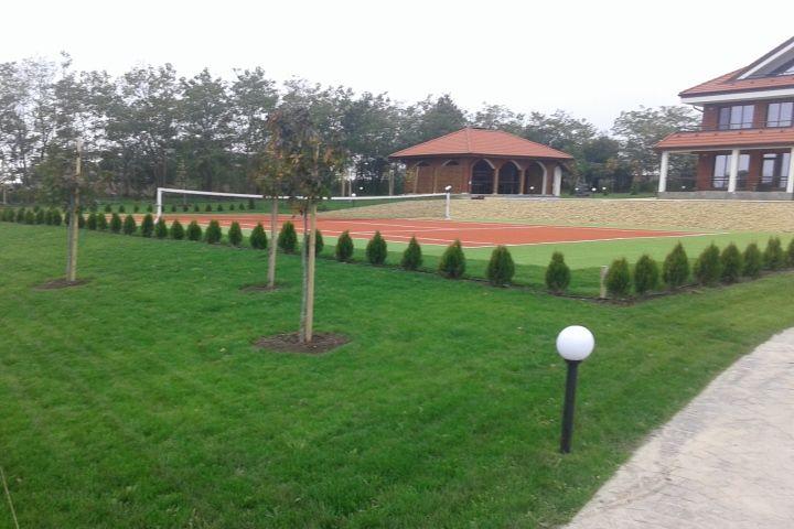 Къща за гости с тенис корт